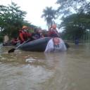 Relawan PKS Karawang Evakuasi Bayi dan Balita yang Terjebak Banjir